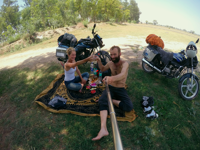 India, motorky a piknik. Nákup motorky.