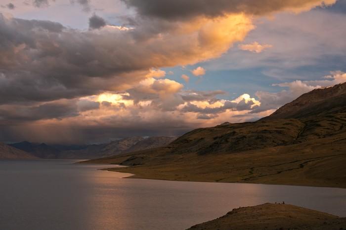 Vecer pred burkou na jazere Tso Moriri, Ladakh, India