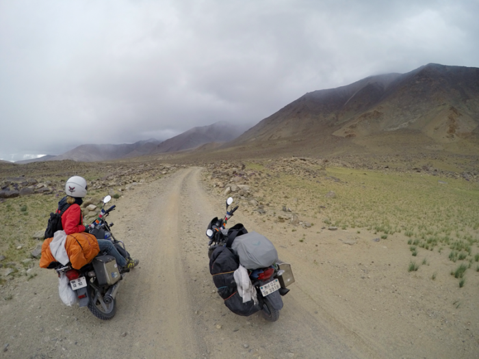 Prašná necesta pred jazerom Tso Moriri, Ladakh, India
