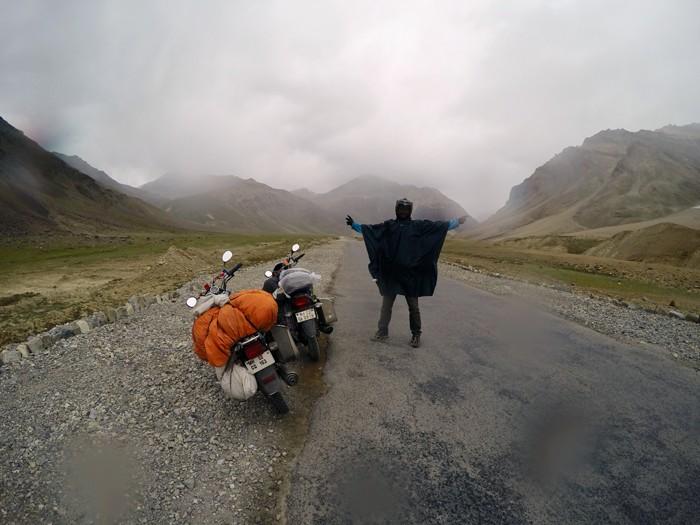 Ladakh. Dážď a hmla. Škriabeme sa do priesmykov.