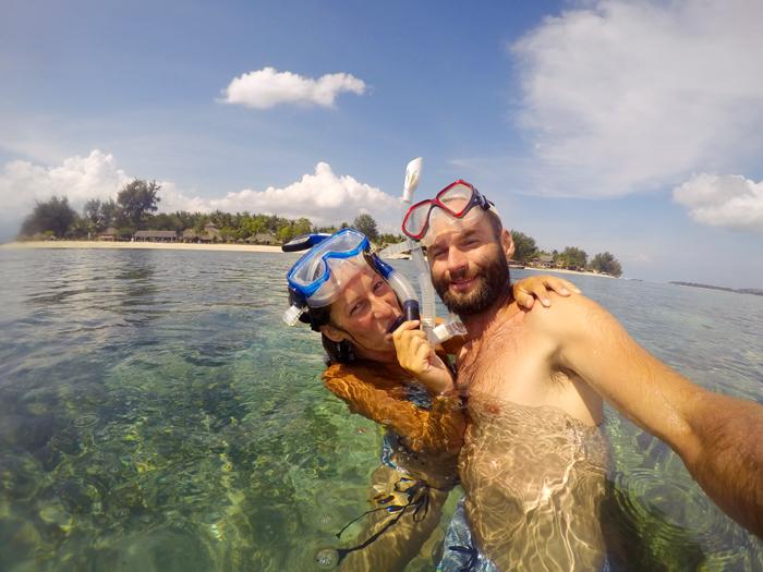 Pár so šnorchlami v mori na tropickom ostrove