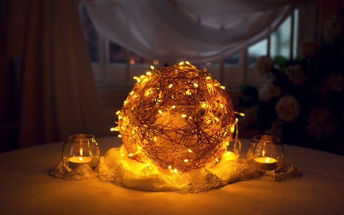 Svadobná svetielkujúca gula použitá ako svadobná dekorácia na stôl.