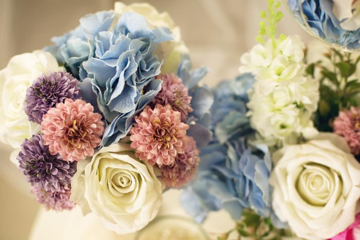 Modro ružová svadobná dekorácia. Kvetiny