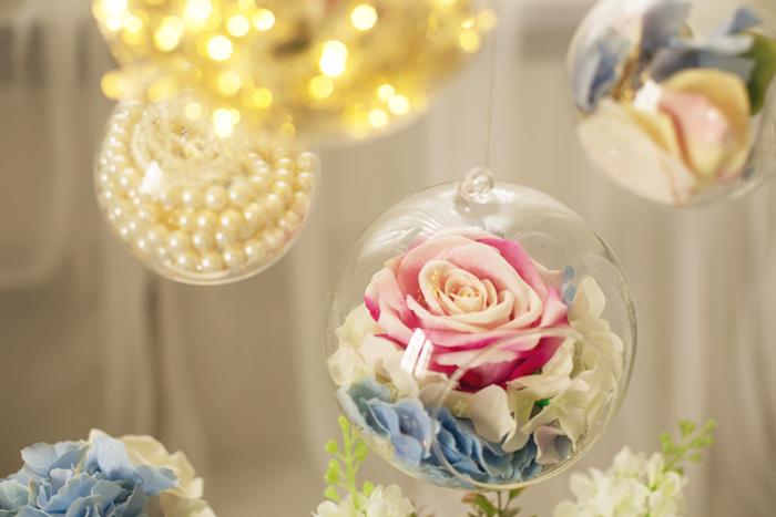 Modro ružová svadobná dekorácia. Visiaca sklenená guľa