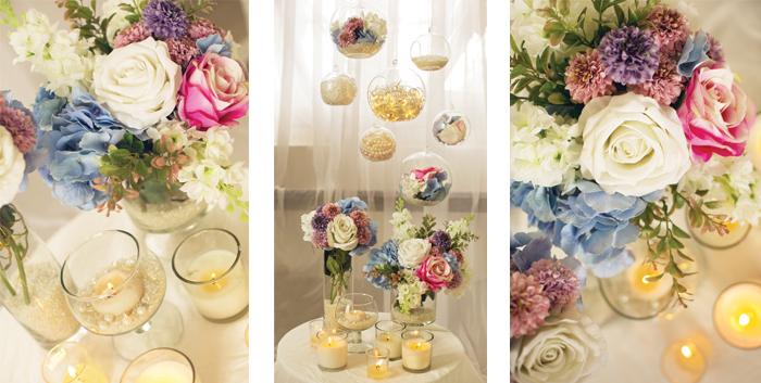 Modro ružová svadobná dekorácia.Kvetiny a sklenené visiace gule