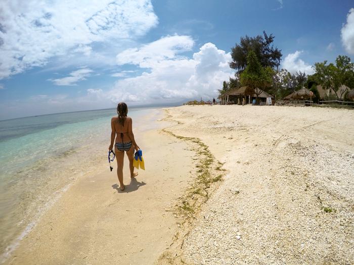 Dievča kráčajúce po tropickéj pláži