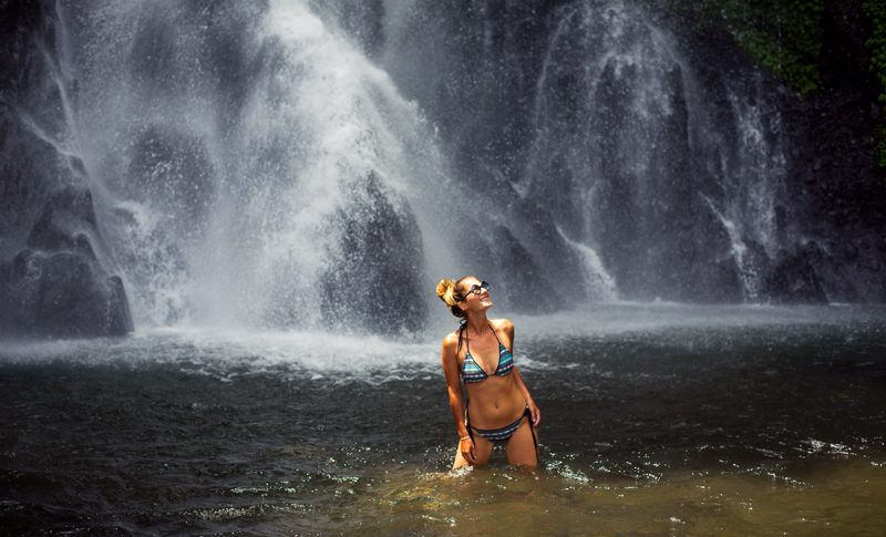 Vodopady s zenou v bikinach na Bali