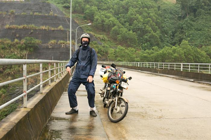 Upršaný cestou na motorke ce Vietnam. Na priehrade.