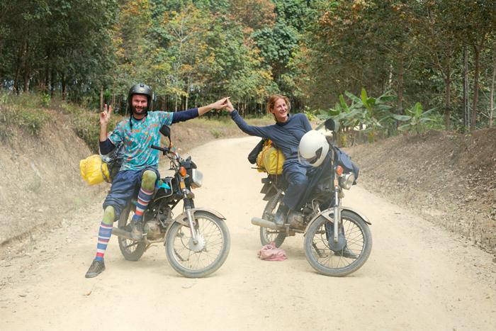 Motorky vo Vietnamskej džungli, na bočnej zaprášenej ceste. Honda win