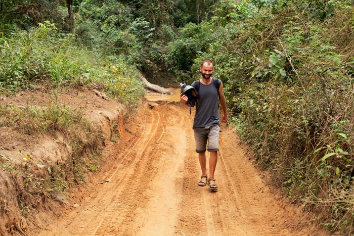 Príprava na prechod cez rieku. Kambodža na motorke Honda Win.