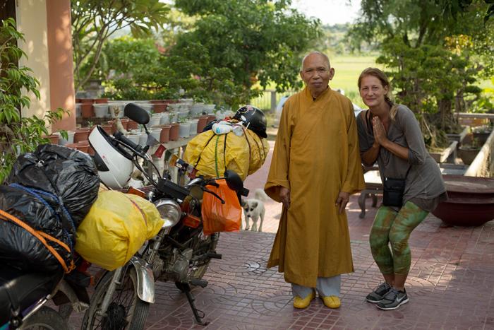 Motorky vo Vietnamskom kláštore s hlavným mníchom