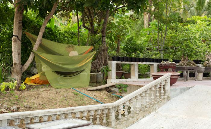 Hamaky na stromoch v budhistickom kláštore. Naša noc vo Vietname.