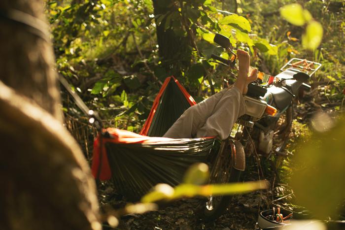 S hamakou v kambodžskej džungli. Kambodža na motorke Honda Win.