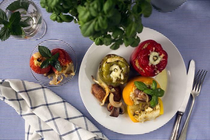 plnená farebná paprika s quinoou na modrom obruse food photography