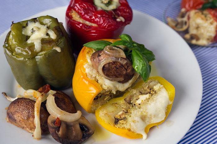 plnená farebná paprika s quinoou na modrom pbruse food photography