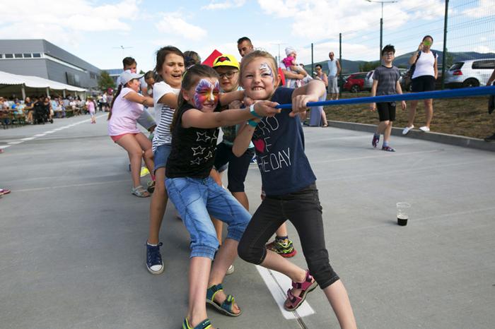 Deti sa pretláčajú lanom - Vaillant family day 2017