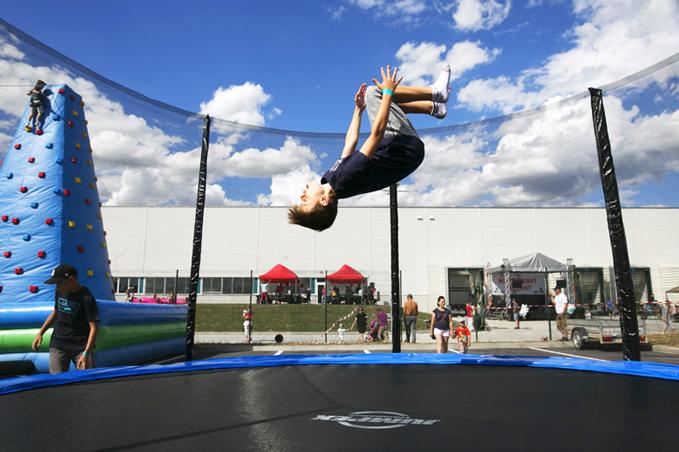 Chlapec skáče na trampolíne - Vaillant family day 2017