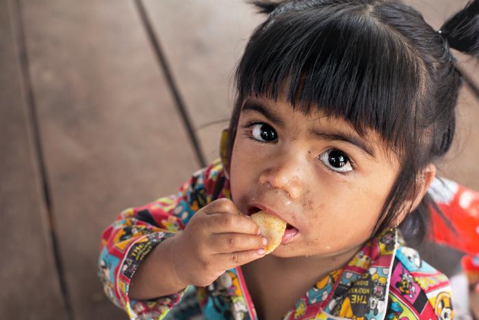 Male dievča v škole v Kambodži