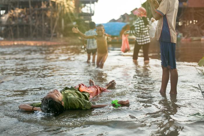 Večerná hygiena na jazere Tonle Sap. Kambodža