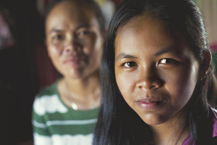 Siem Reap. Jedno zo štyroch detí pokúšajúce sa o adopciu na diaľku. V pozadí jej mama.